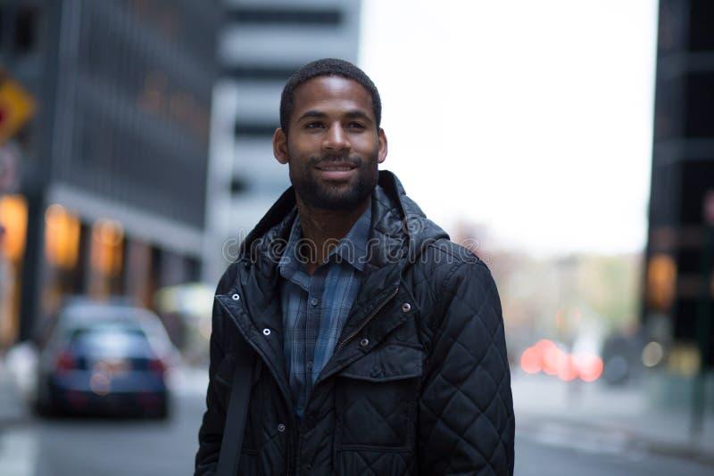 Portret van jonge Afrikaanse Amerikaanse beroeps in de stad royalty-vrije stock fotografie