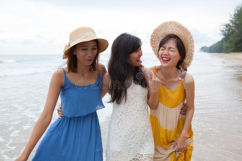Portret van jonge Aziatische vrouw die met gelukemotie bea dragen stock foto's
