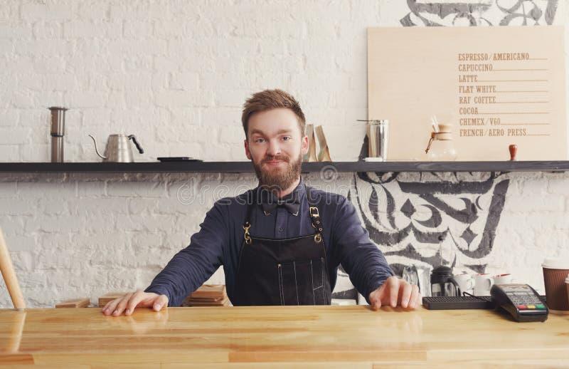 Portret van jonge barman bij de teller van de koffiewinkel royalty-vrije stock foto