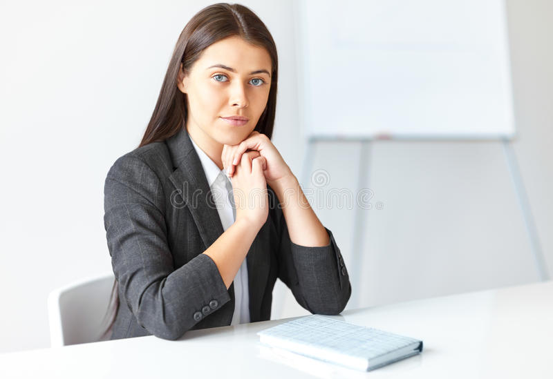 Portret van jonge bedrijfsvrouw in het bureau royalty-vrije stock fotografie