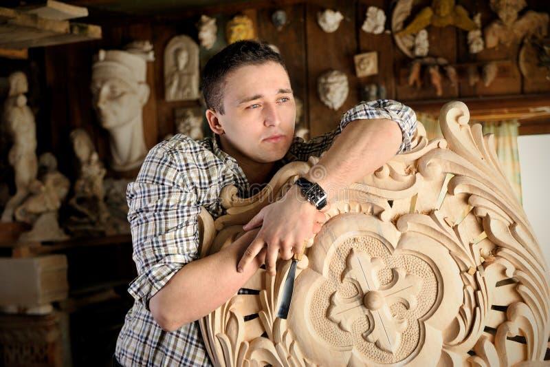 Portret van jonge beeldhouwer in zijn studio royalty-vrije stock foto's