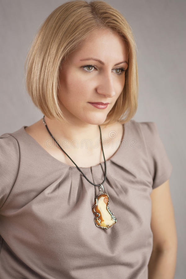 Portret van jonge blonde Kaukasische vrouw royalty-vrije stock foto's