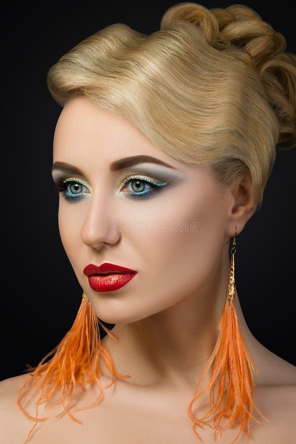 Portret van jonge blondevrouw met rode lippen stock foto's