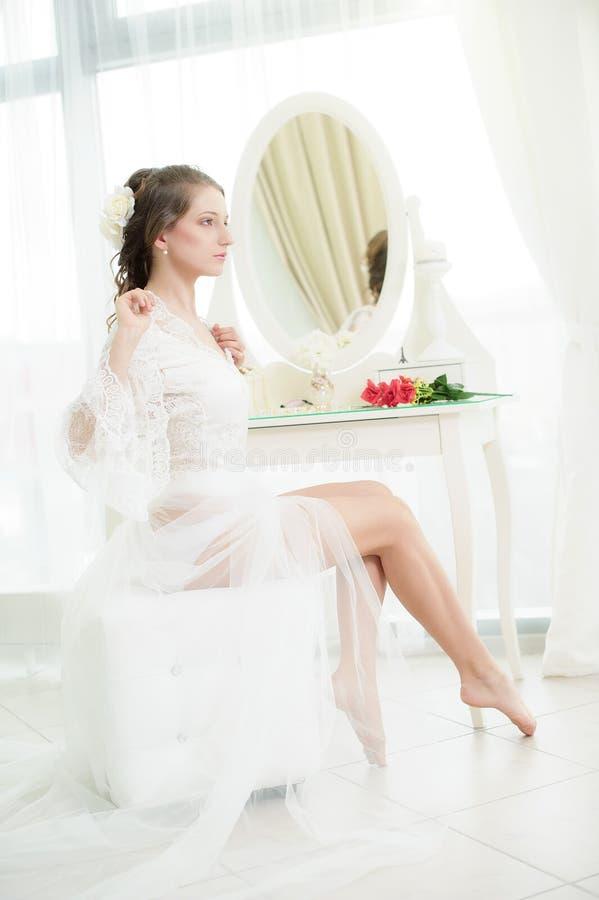 Jonge bruid dichtbij de spiegel royalty-vrije stock afbeelding