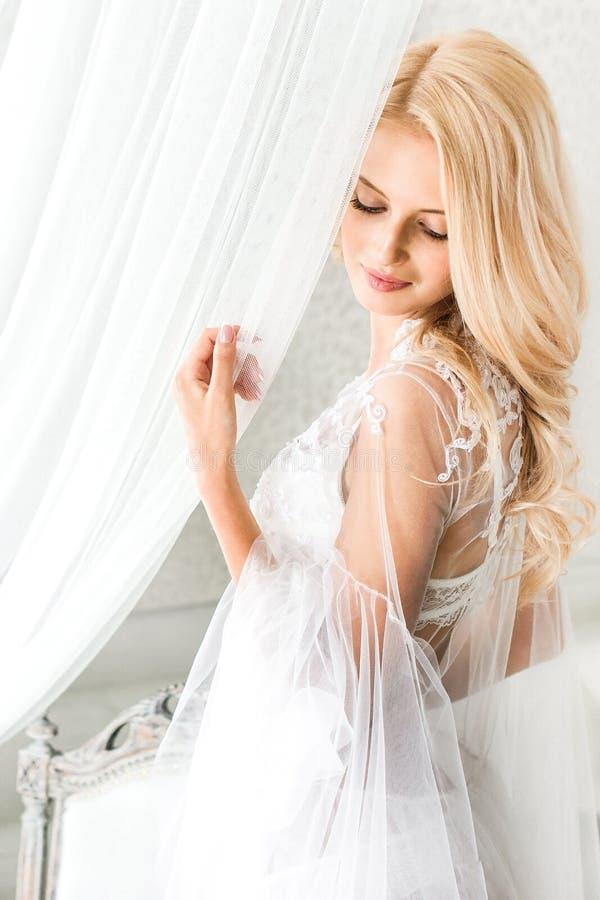 Portret van jonge bruid in wit kant stock afbeelding