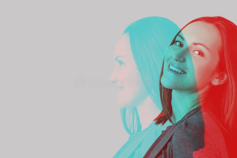 Portret van jonge donkerbruine vrouw met effect van dubbele blootstelling stock afbeelding