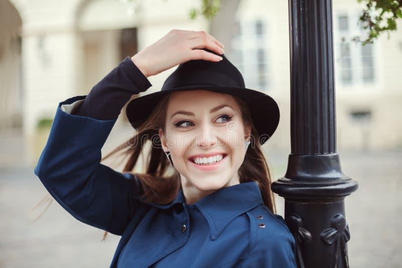 Portret van jonge elegante vrouw Het concept van de straatmanier Sluit omhoog royalty-vrije stock foto