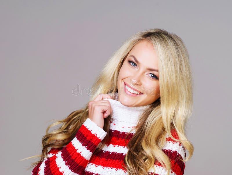 Portret van jonge en mooie vrouw in een rode sweater royalty-vrije stock afbeelding