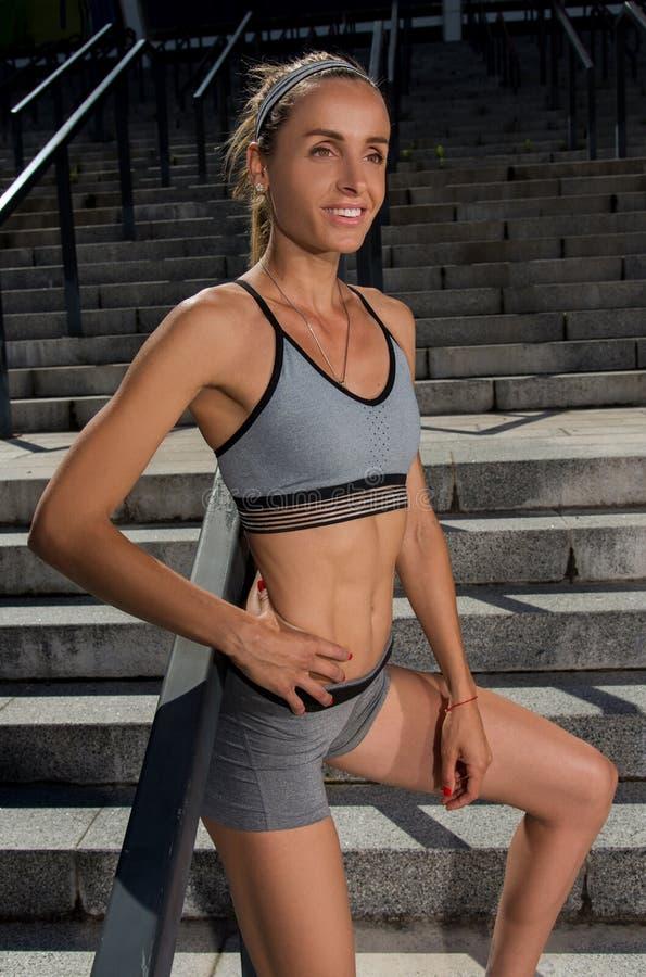 Portret van jonge en mooie vrouwelijke geschiktheid opleiding Sportmotivatie royalty-vrije stock foto