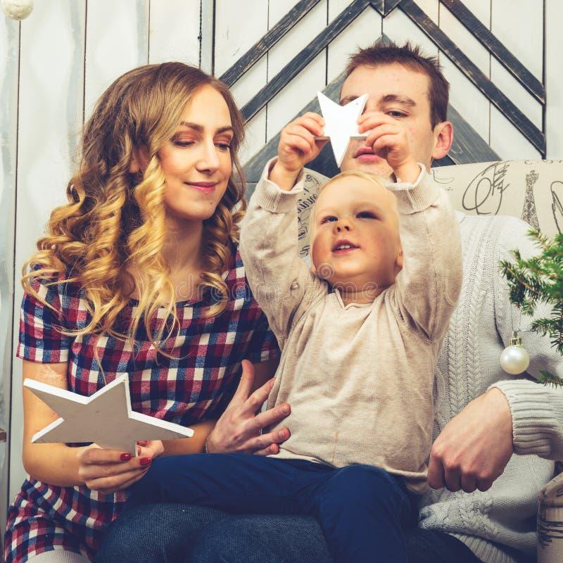 Portret van jonge familie: mamma, papa en weinig zoon Allemaal s stock afbeelding