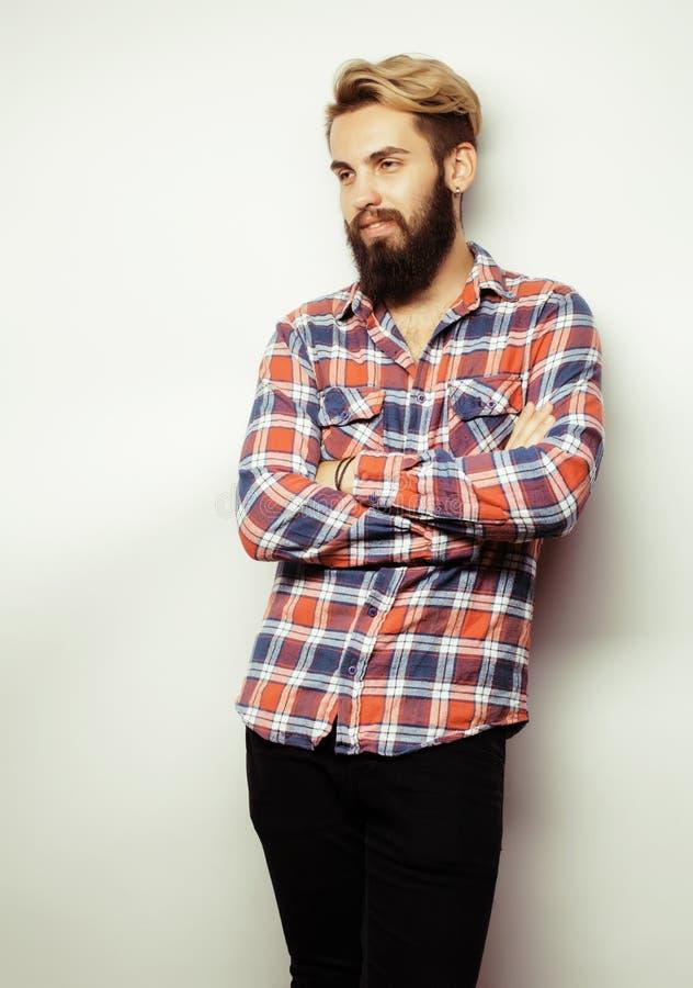 Portret van jonge gebaarde hipsterkerel die glimlachen royalty-vrije stock foto's