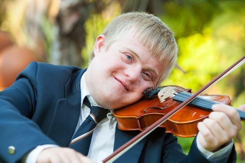 Portret van jonge gehandicapte violist. royalty-vrije stock fotografie