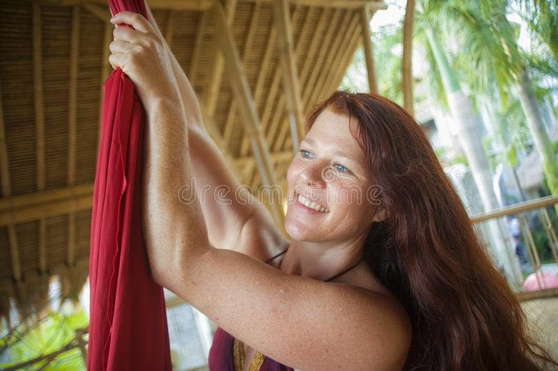 Portret van jonge gelukkige en mooie rode haarvrouw bij het lucht het dansen workshop het leren de stof van de de holdingszijde v stock foto's