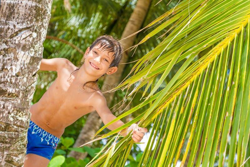 Portret van jonge gelukkige kindjongen op tropische achtergrond royalty-vrije stock fotografie