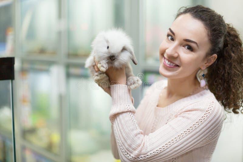 Portret van jonge gelukkige vrouw die pluizig dier houden royalty-vrije stock afbeeldingen