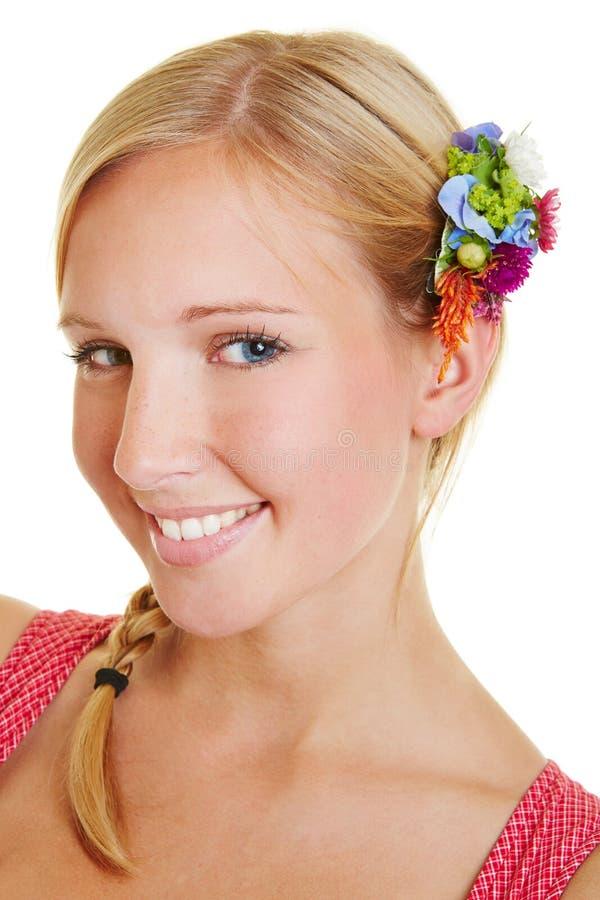 Portret van jonge glimlachende vrouw royalty-vrije stock fotografie
