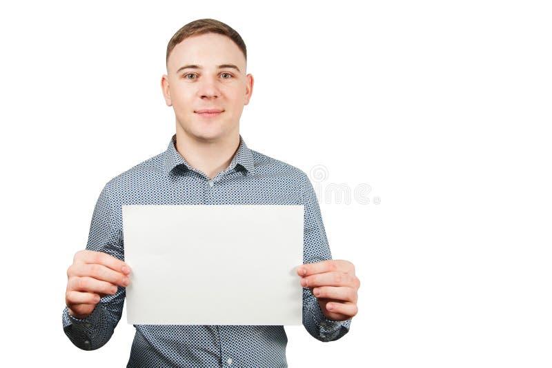 Portret van jonge het glimlachen Kaukasische kerel die spatie met exemplaarruimte tonen Ge?soleerdj op witte achtergrond stock afbeelding