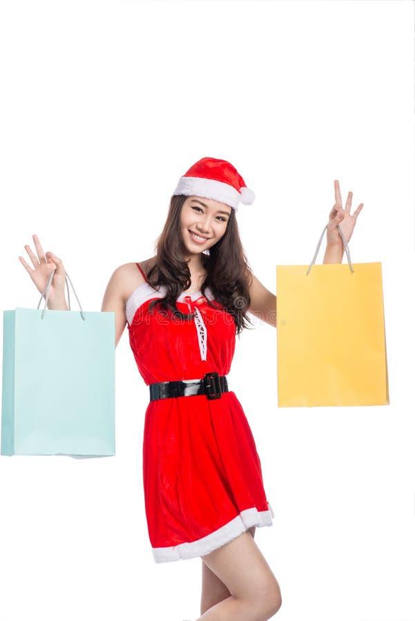 Portret van jonge het glimlachen vrouwenholding het winkelen zakken vóór c stock afbeelding