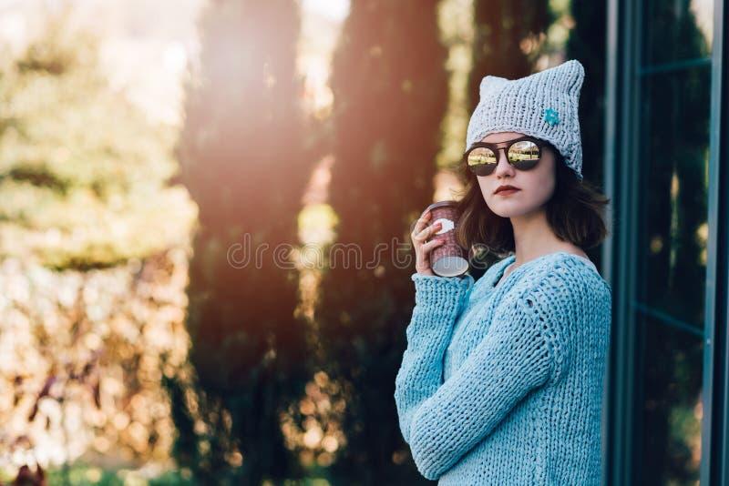 Portret van jonge hipstervrouw met koffiedocument mok stock afbeelding