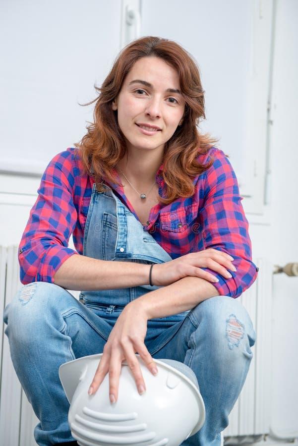 Portret van jonge ingenieursvrouw met veiligheidsbouwvakker royalty-vrije stock foto