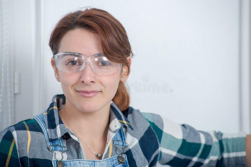 Portret van jonge ingenieursvrouw met veiligheidsbril royalty-vrije stock foto