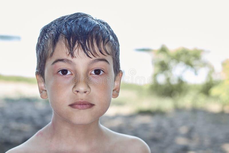 Portret van jonge jongen in de natuur, in het park of in de openlucht royalty-vrije stock foto's