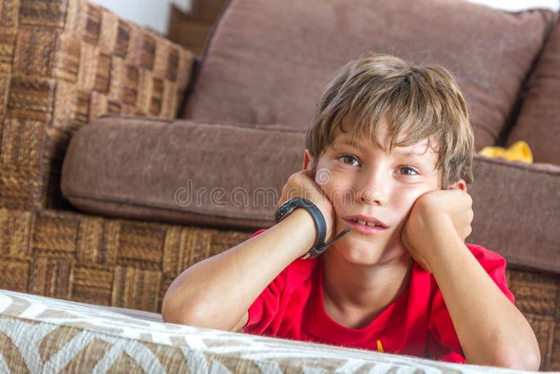 Portret van jonge jongen die op TV thuis letten royalty-vrije stock fotografie