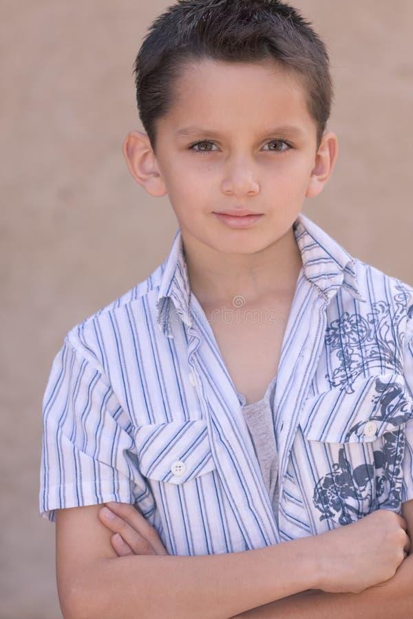 Portret van jonge jongen met kort haar stock fotografie