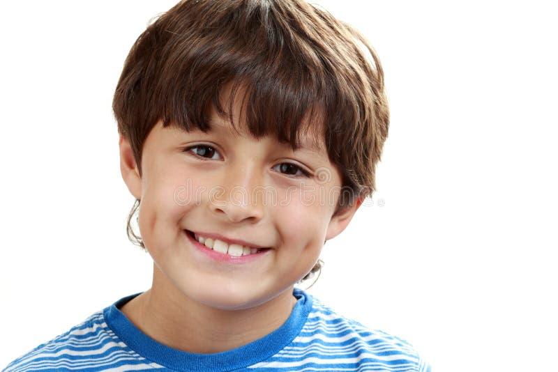 Portret van jonge jongen op witte achtergrond stock afbeelding