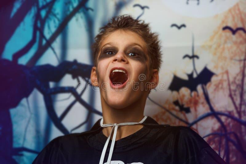 Portret van jonge jongen in skeletkostuum met make-up Viering van vakantie Halloween, de jongen in het beeld, het skeletthema, stock foto's