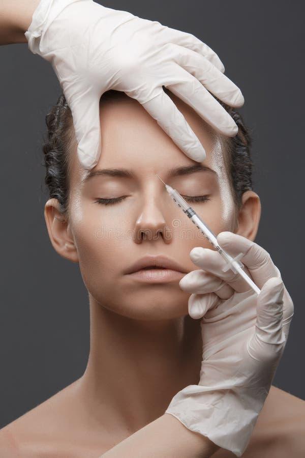 Portret van jonge Kaukasische vrouw die kosmetische injectie krijgen royalty-vrije stock fotografie