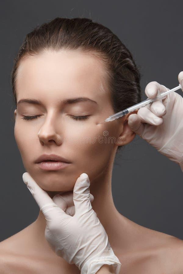 Portret van jonge Kaukasische vrouw die kosmetische injectie krijgen royalty-vrije stock foto