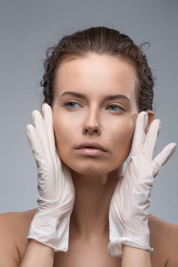 Portret van jonge Kaukasische vrouw die kosmetische injectie krijgen stock afbeeldingen