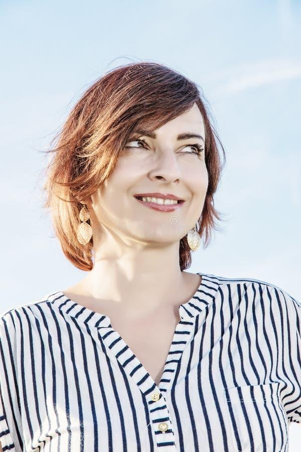 Portret van jonge Kaukasische vrouw in zonnige openlucht, retro foto stock afbeeldingen