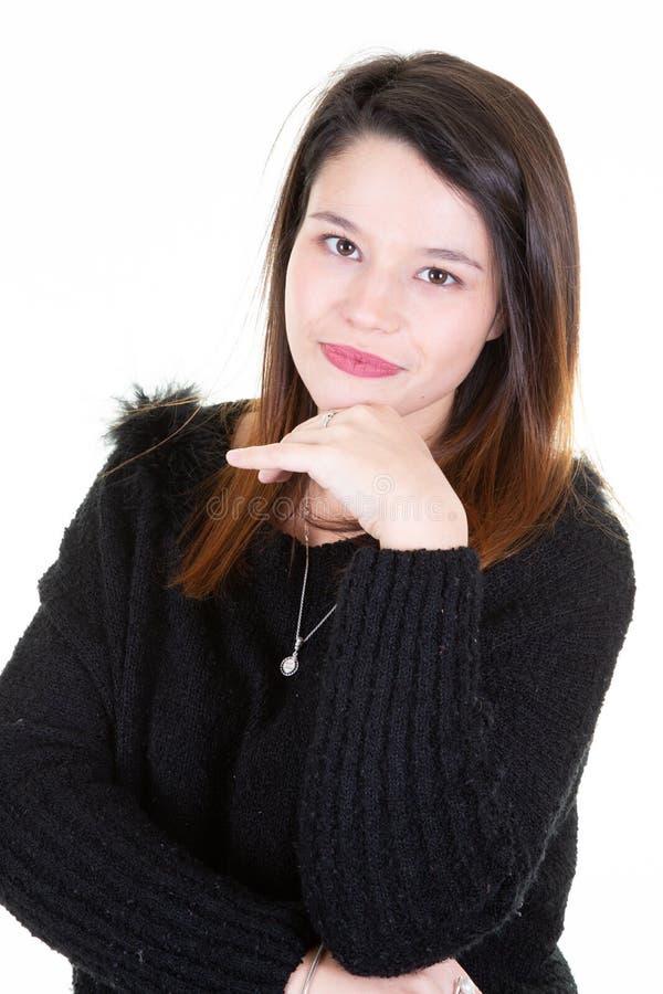 Portret van jonge Kaukasische vrouw in zwarte sweater die zich terloops dichtbij witte muur in Concept het zijn bevinden zeker me royalty-vrije stock afbeelding