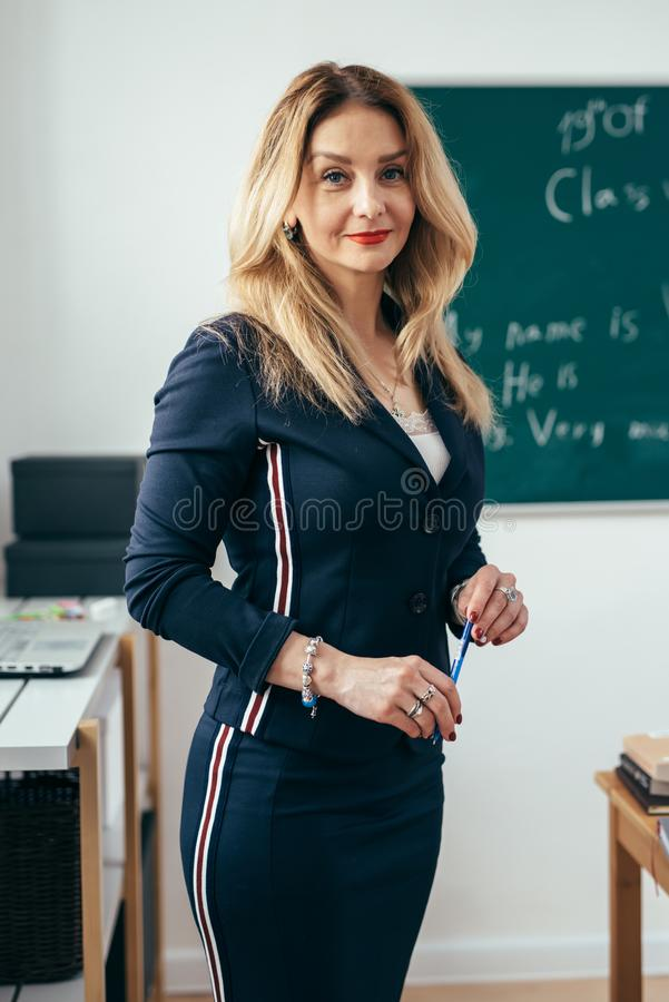 Portret van jonge Kaukasische vrouwelijke leraar in schoolklaslokaal royalty-vrije stock fotografie