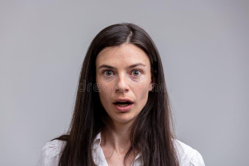 Portret van jonge langharige verbaasde vrouw stock afbeeldingen