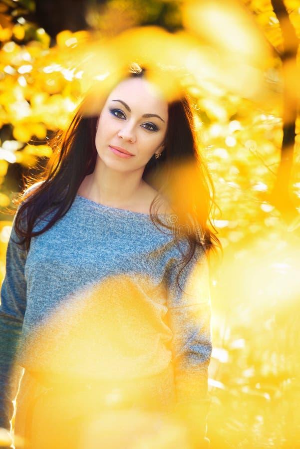 Portret van Jonge Maniervrouw Openlucht op Autumn Background Gestemde Foto met Bokeh stock foto