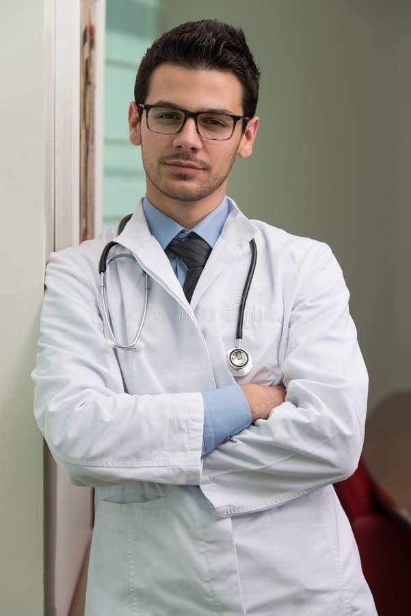 Portret van jonge mannelijke arts stock afbeelding