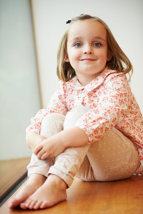 Portret van Jonge Meisjeszitting op Vloer stock foto