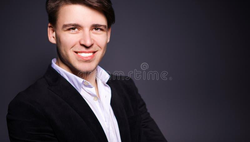 Download Portret Van Jonge Mens Glimlachen Die Zich Op Grijze Achtergrond Bevinden Stock Foto - Afbeelding bestaande uit kaukasisch, manier: 107705448