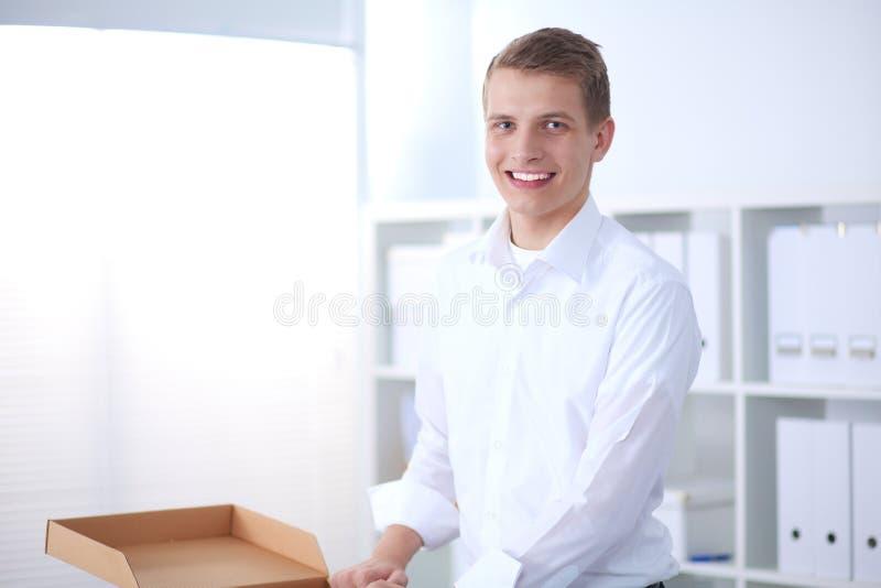 Download Portret Van Jonge Mens Het Glimlachen Zitting Op Grijze Achtergrond Portret Van De Jonge Mens Stock Foto - Afbeelding bestaande uit haar, model: 107704240