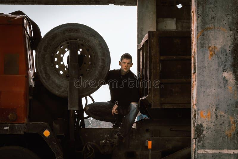 Portret van jonge mensentribune achter vrachtwagen cabinge stock fotografie