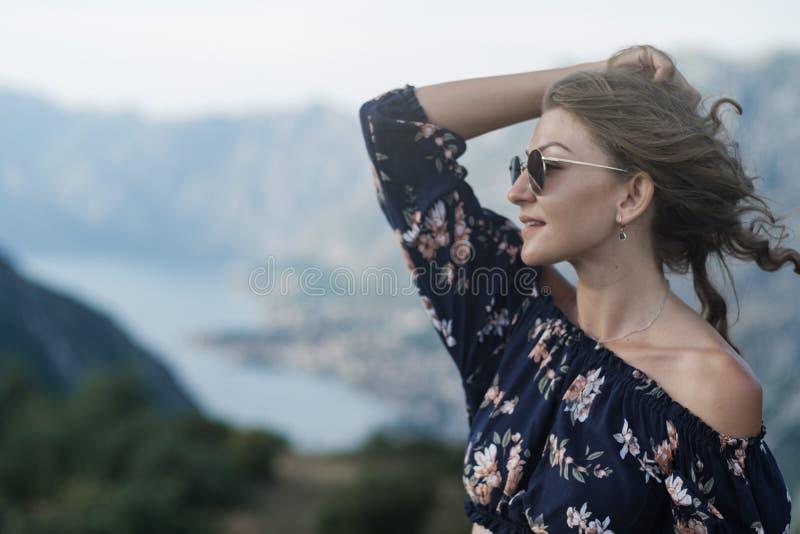 Portret van Jonge modieuze krullende blondevrouw in borrels en croch royalty-vrije stock fotografie