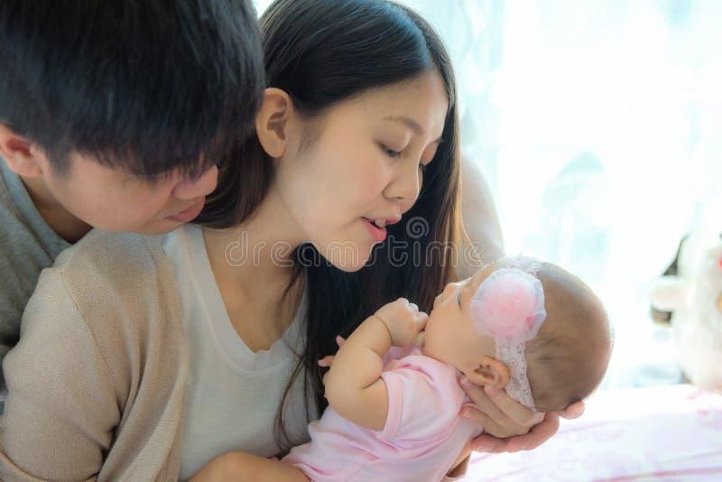 Portret van jonge moeder en vader met pasgeboren in bedruimte, FA royalty-vrije stock foto's