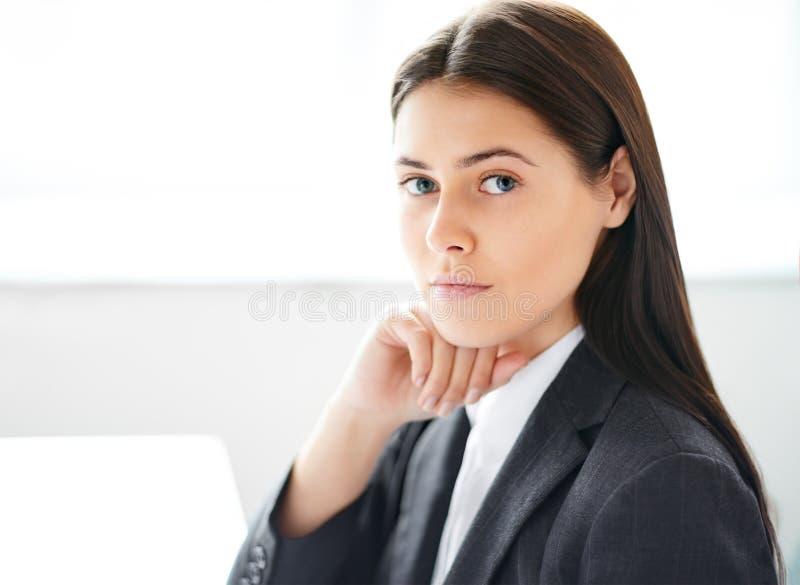 Portret van jonge mooie bedrijfsvrouw stock foto's