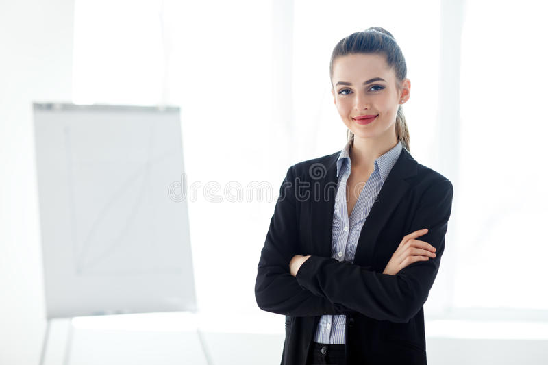 Portret van jonge mooie bedrijfsvrouw in het bureau royalty-vrije stock fotografie