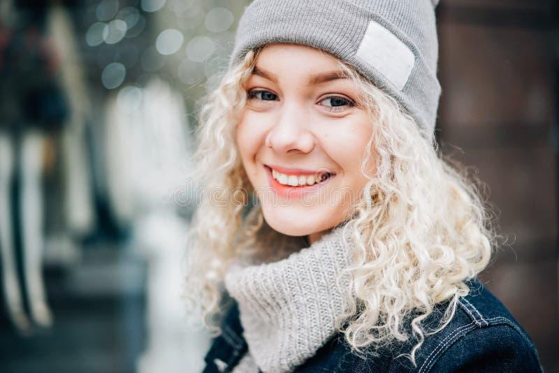 Portret van jonge mooie blonde krullend royalty-vrije stock foto