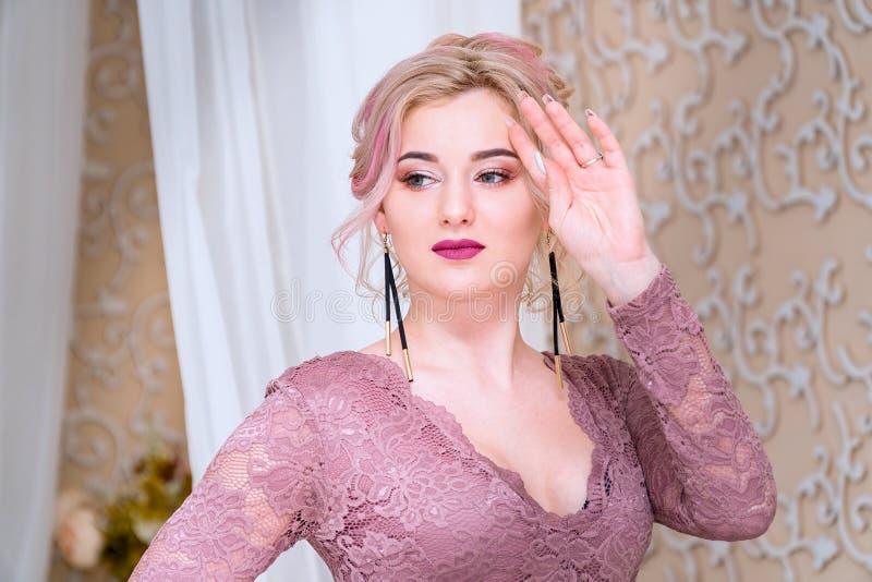 Portret van jonge mooie blonde vrouw stock foto