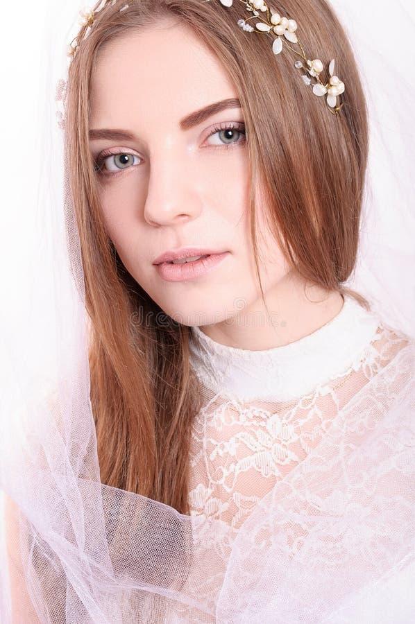 Portret van jonge mooie bruid met witte sluier royalty-vrije stock afbeelding